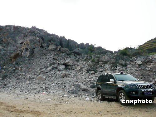3月29日拍摄的被爆炸碎石山现场