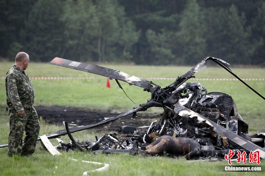 一飞机特技表演时坠毁