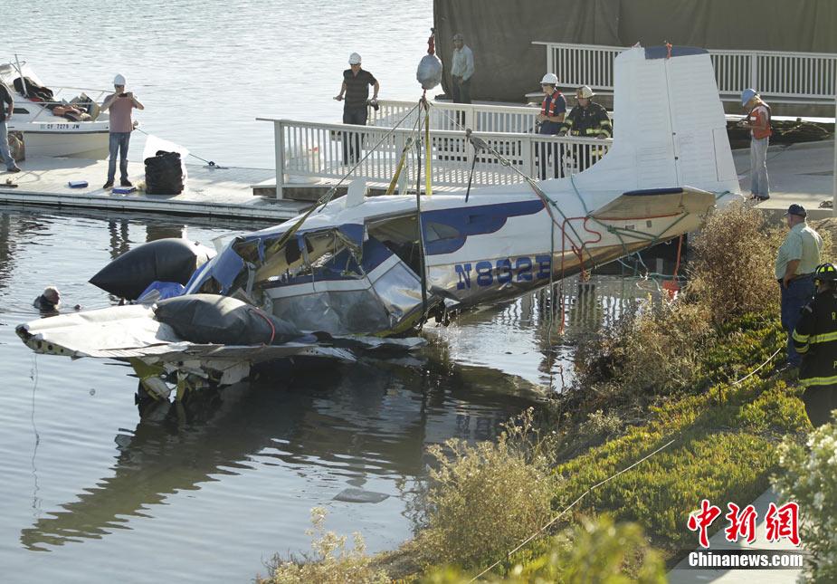 加州一双引擎小型飞机坠入湖中