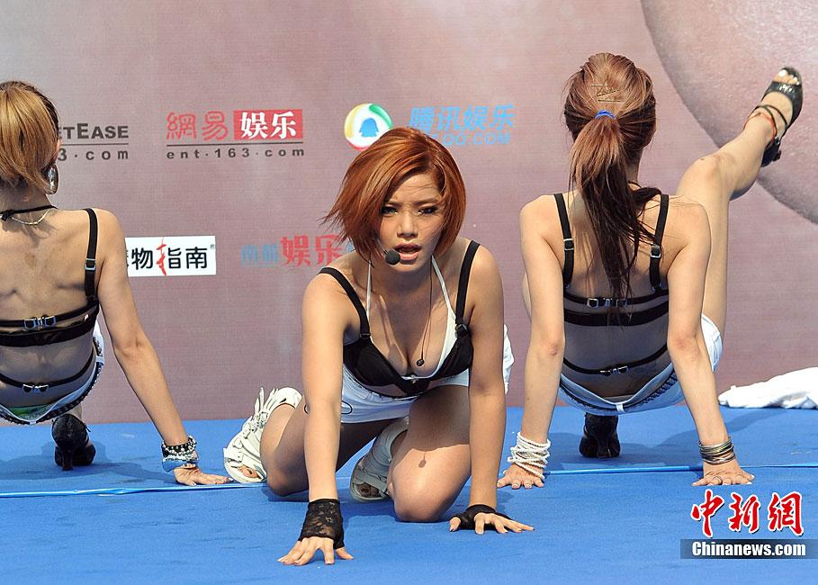 江映蓉比基尼狂野热舞俯身秀身材