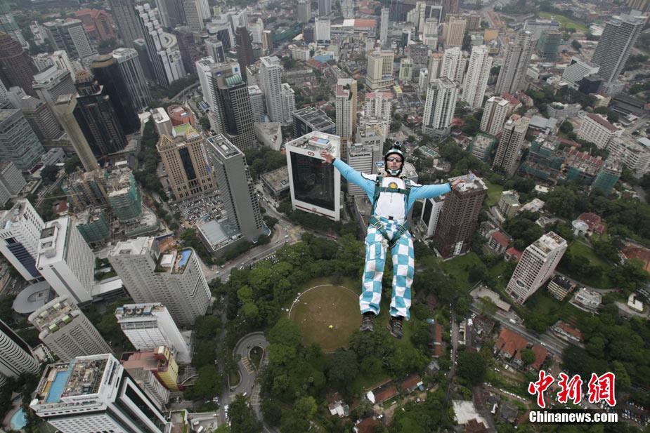极限高手吉隆坡双子高塔上玩跳跃