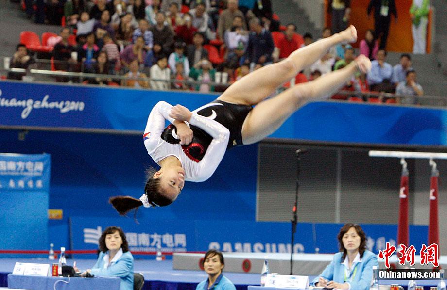 中国体操女子主力队员一双缠满绷带的脚