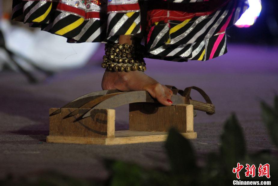 印度美女赤足踩铁钉献绝技