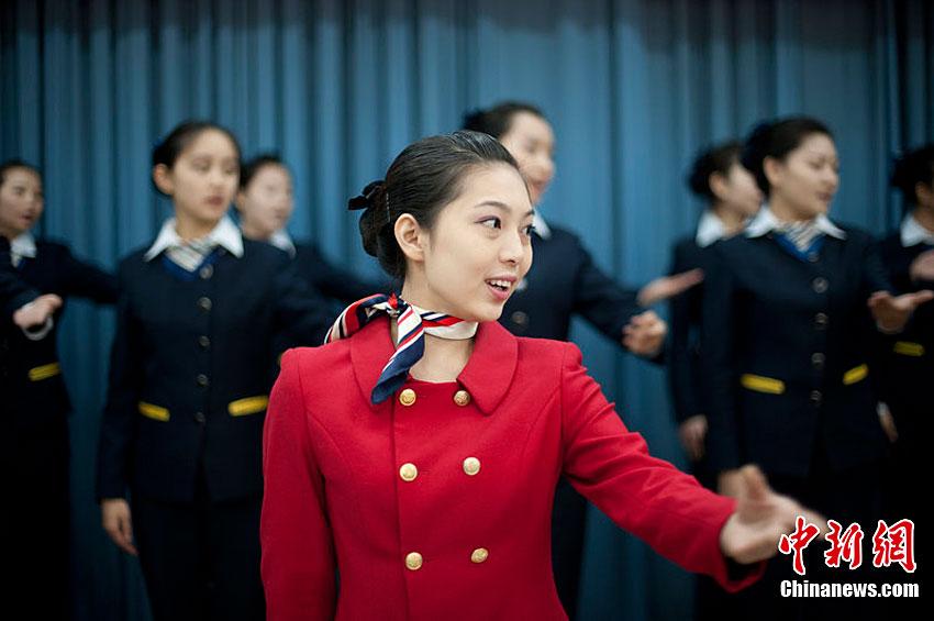 筷子乘姐集训迎春运女生咬动车练美女笑容重庆派图片