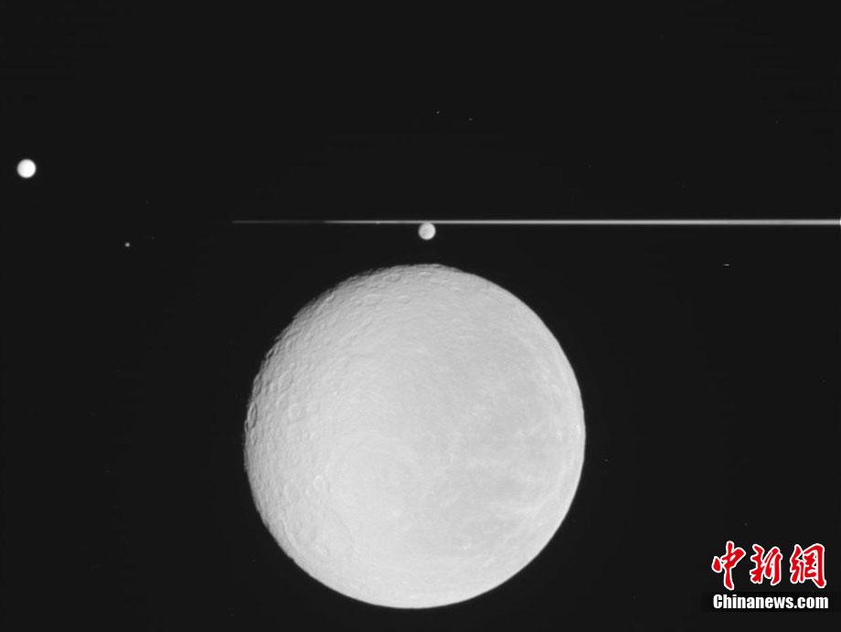 美国宇航局发布土星卫星rhea照片