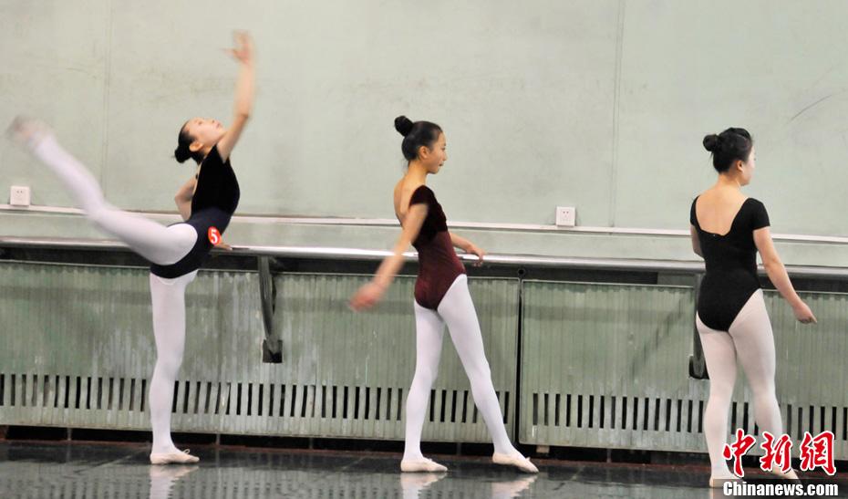刻苦训练的舞蹈艺考生