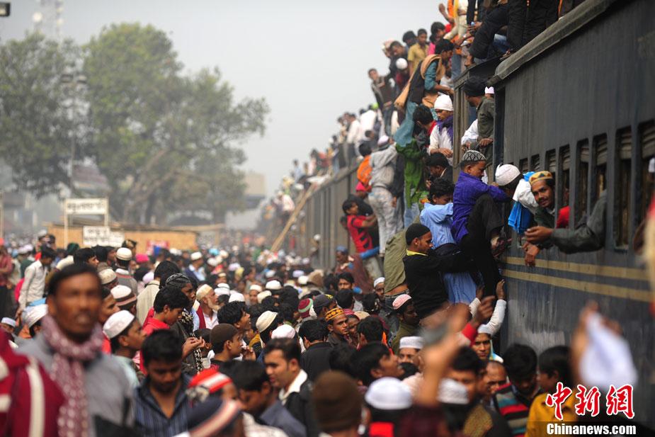 艰险出行孟加拉 亡命奔波火车顶