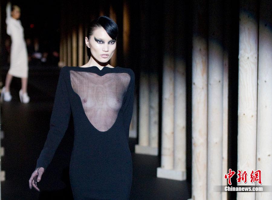 巴黎时装周上的透视装 中新网