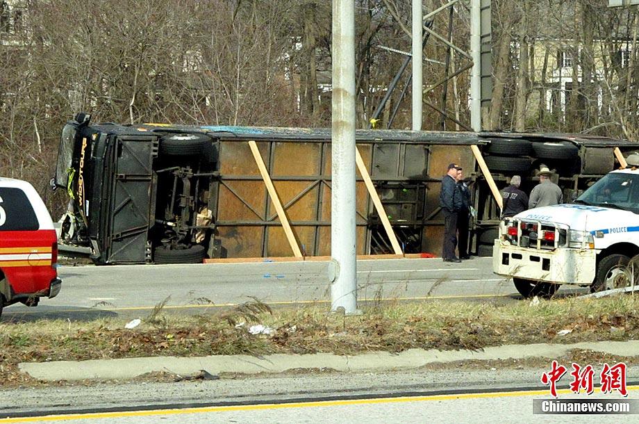 市布朗克斯区一高速公路发生大巴车侧翻事故,目前至少已造成14