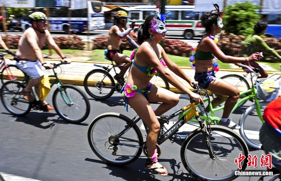 秘鲁首都市民街头裸体骑单车 中新网