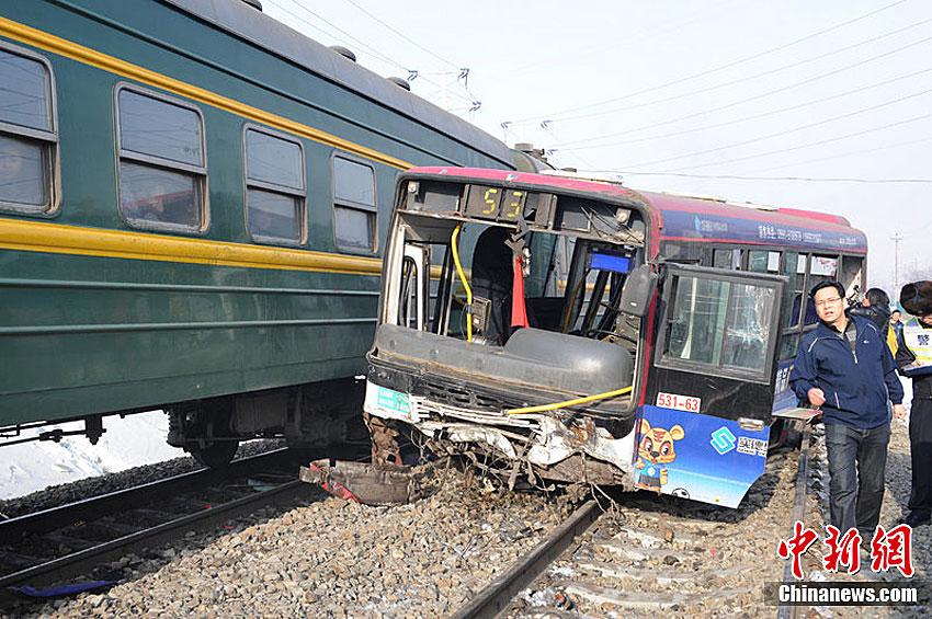 烏魯木齊公交車與火車相撞