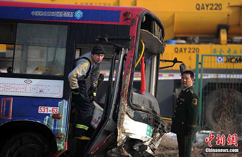 高清现场图集:乌鲁木齐公交车与列车相撞 多人死亡