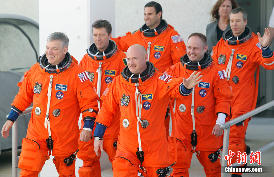 """美国""""奋进号""""航天飞机机组人员亮相"""