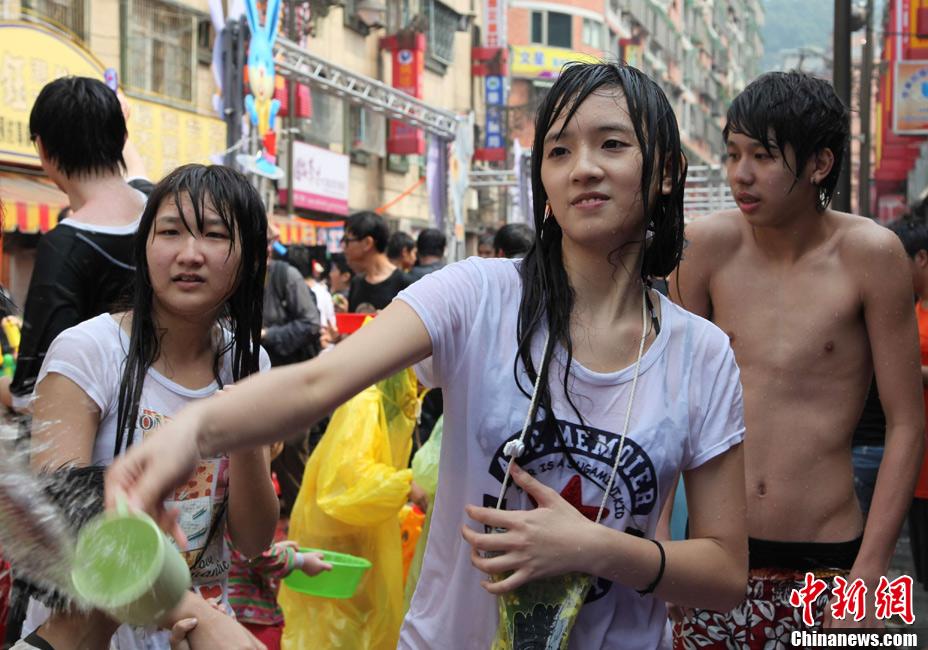 台湾缅侨街上演热闹泼水节 众美女奋勇湿身