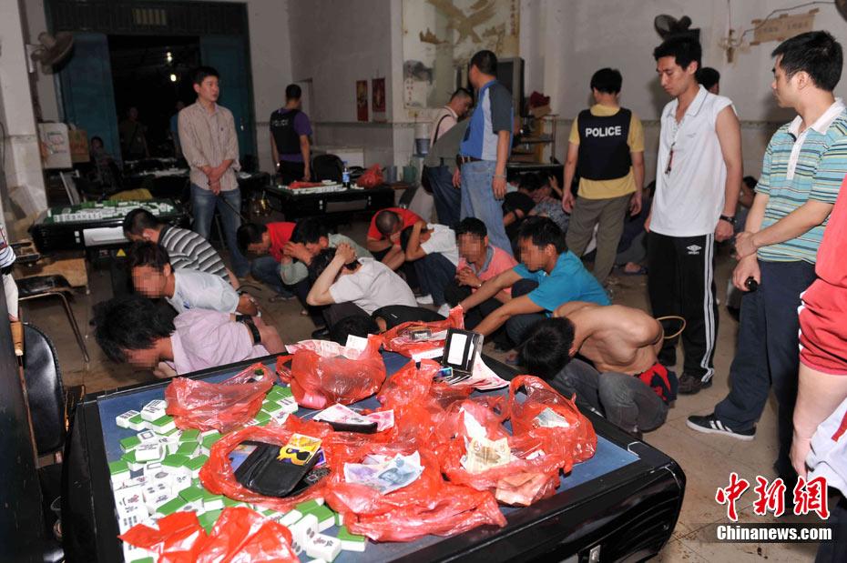 广西钦州警方清查娱乐场所吸窝点 抓获19名