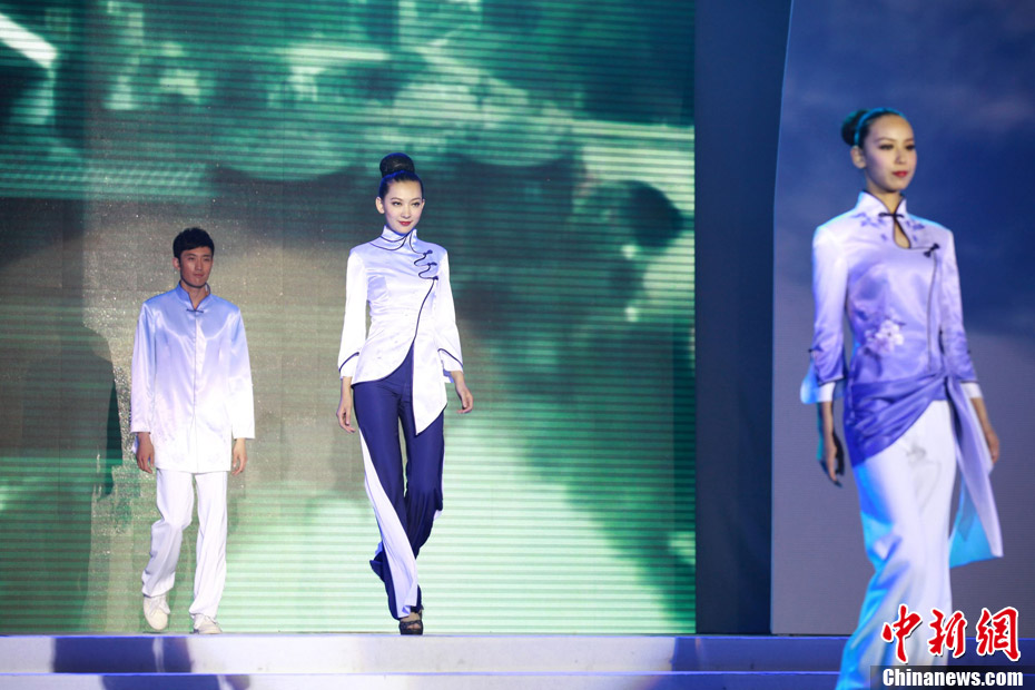 4月20日晚,2011中国国际旅游职业装创意设计大赛在苏州落幕,当晚进行T台比赛的30套入围作品,将各种色彩运用自如,令人耳目一新。据悉,本次大赛由国家旅游局、江苏省政府主办,共收到1500多套报名参选作品。李克祥 摄