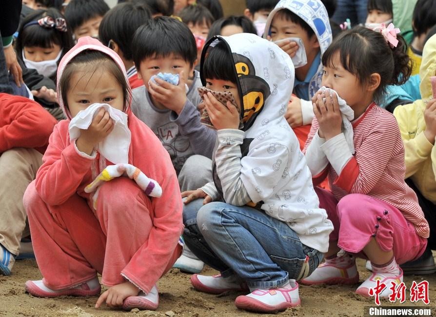 韩国小学生参加地震逃生演习