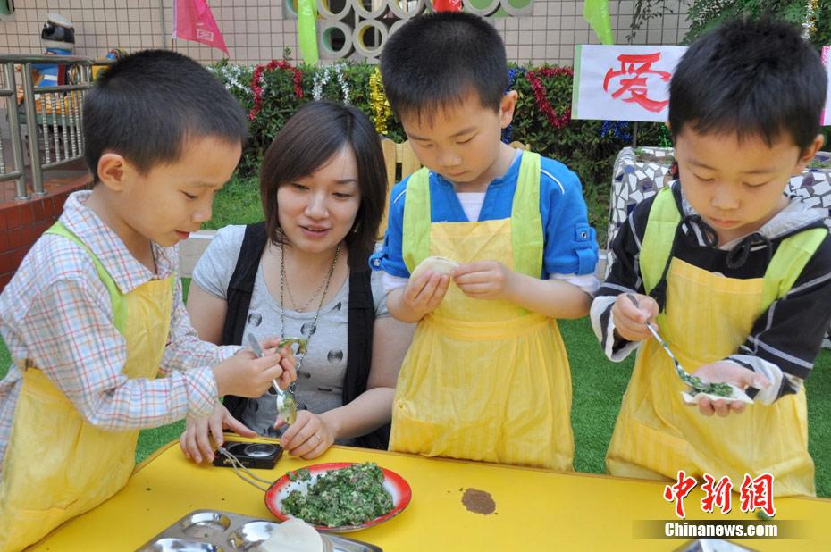 5月6日,母亲节将至,重庆云阳县实验幼儿园的小朋友们亲手为妈妈包饺子,以此来表达对妈妈的感恩与祝福。图为一位妈妈与儿子甜蜜拥抱。 刘兴敏 摄