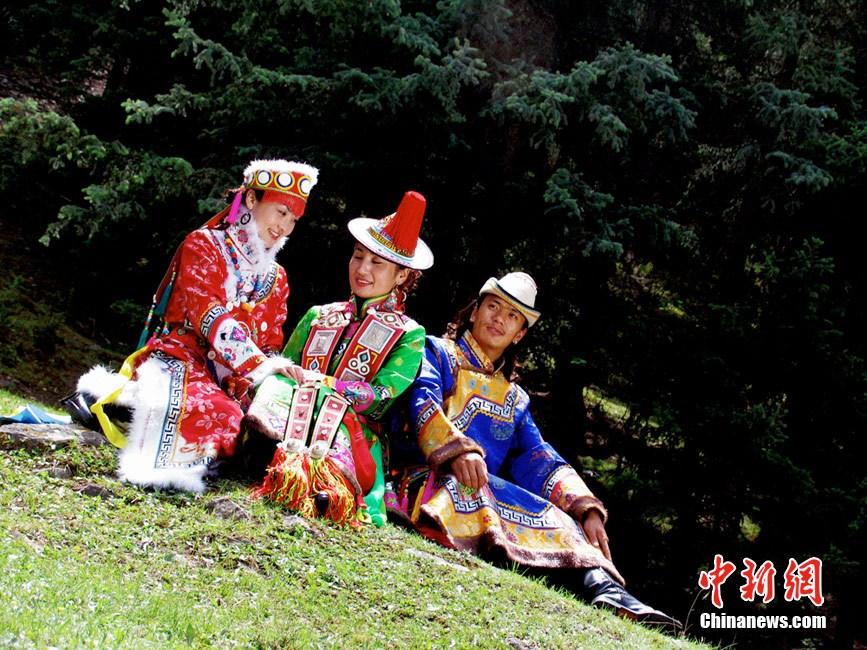 灿烂多姿的裕固族民族服饰图片