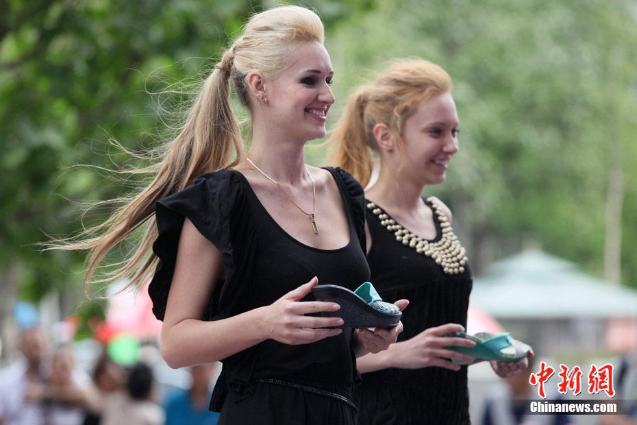 俄罗斯美女怀抱中国皮鞋走秀 中新网