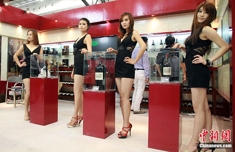 唐山全球顶级奢侈品展的豪车名酒美女 中新网