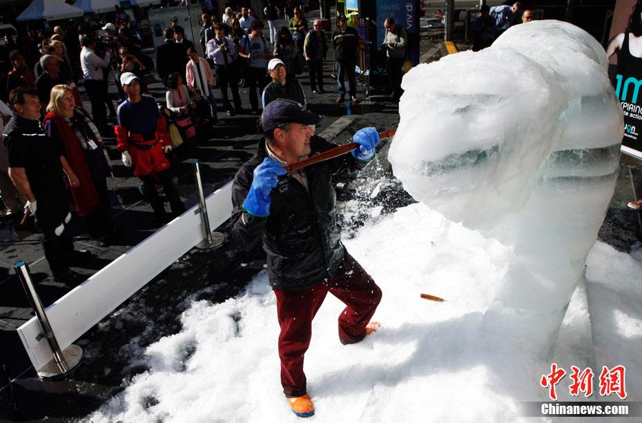 """""""冰雕北极熊""""呼吁关注全球变暖问题"""