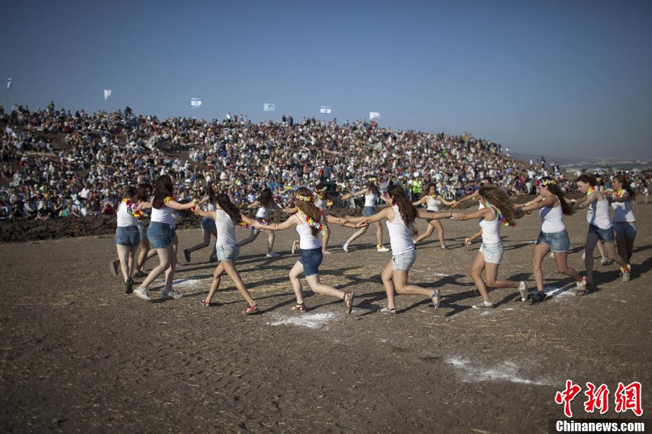 以色列庆祝五旬节 美丽乡村少女舞蹈助兴 中新