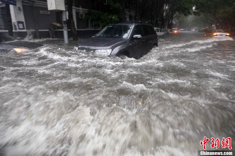北京大暴雨_北京遭遇大暴雨袭击-中新网