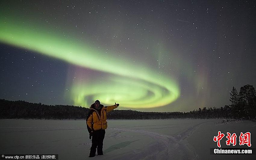 摄影师用相机追逐美丽北极光
