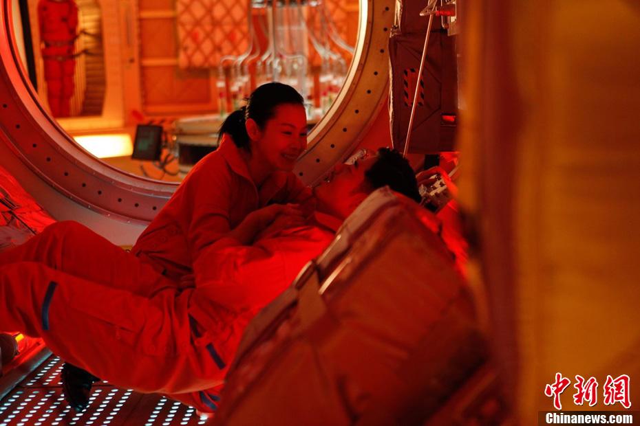 《全球热恋》 拍史上最高难度吻戏 中新网
