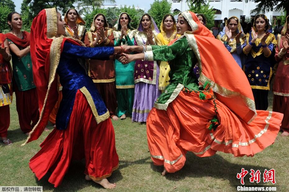 印度女大学生照片_印度女大学生盛装欢庆提吉节-中新网