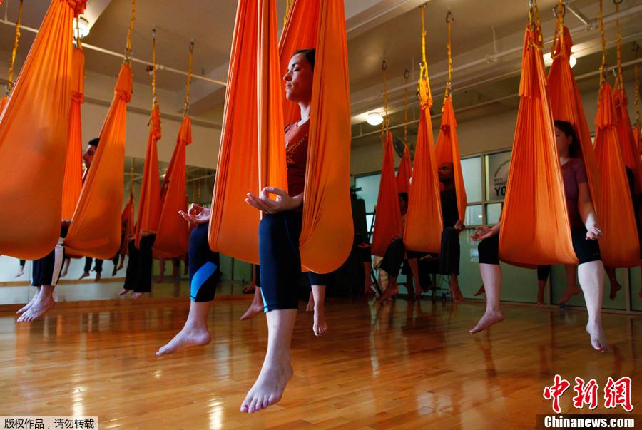 纽约流行反重力瑜伽 动作精彩如杂技 中新网