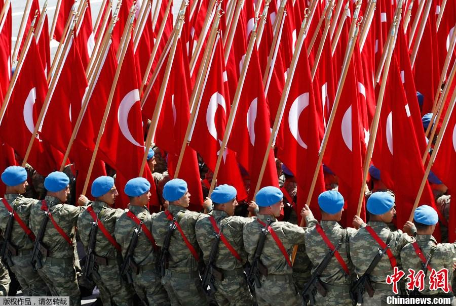 """土耳其举行""""胜利日""""大阅兵"""