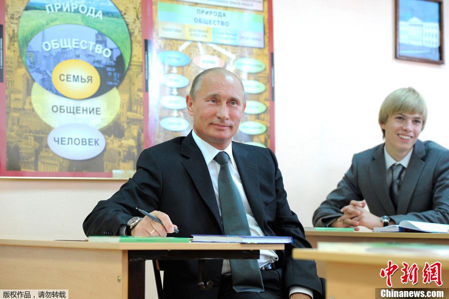 俄总理普京开学日造访学校 与学生同上课