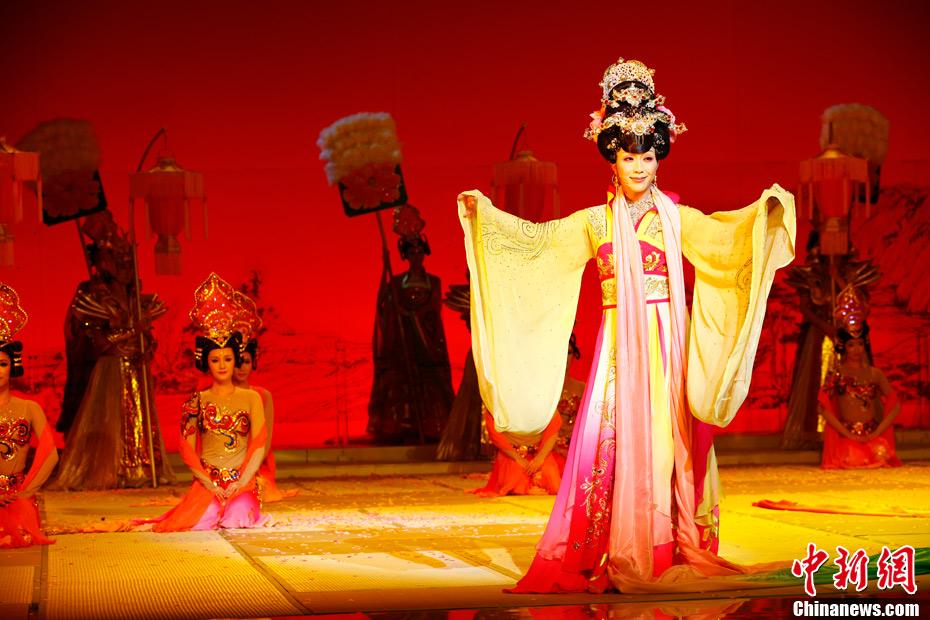 李玉刚漫画诗剧《四家具》美女首演--貂蝉-中新之美图全球歌舞图片
