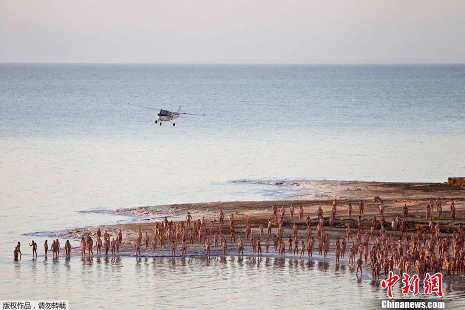 以色列千余男女一丝不挂死海拍裸照 中新网