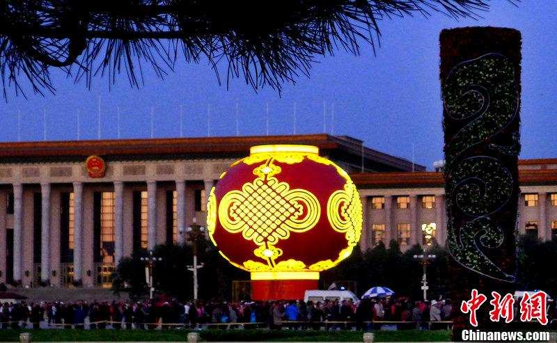 迎国庆巨型大红灯笼点亮天安门广场