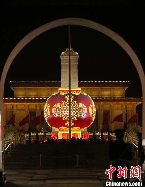 大红灯笼照亮天安门广场