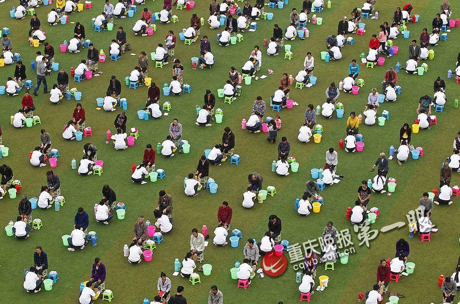 重庆300名小学生集体为长辈洗脚 中新网