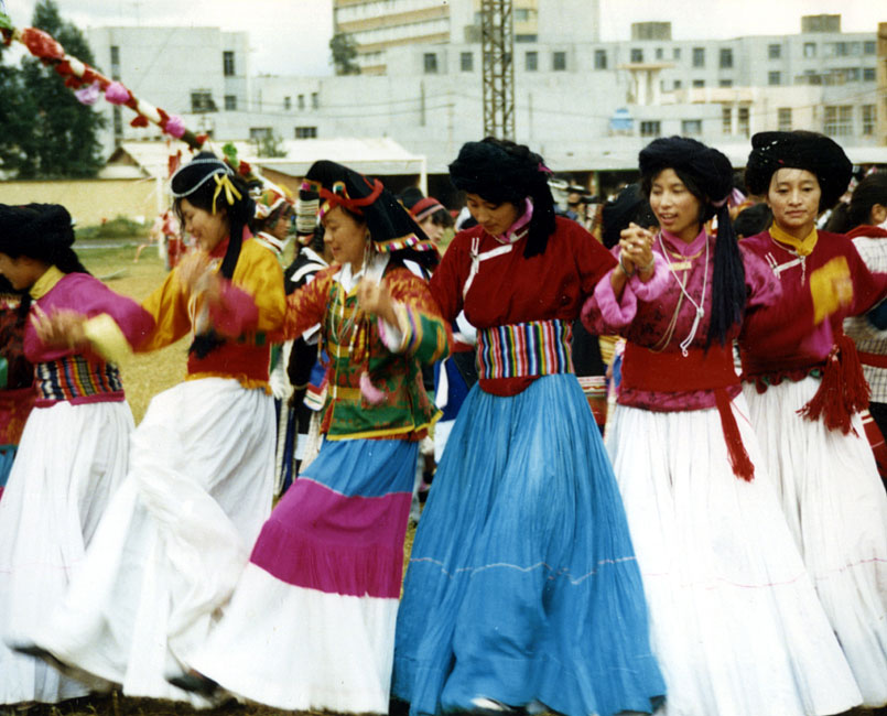 搓蹉,为普米族语,又叫锅庄舞或
