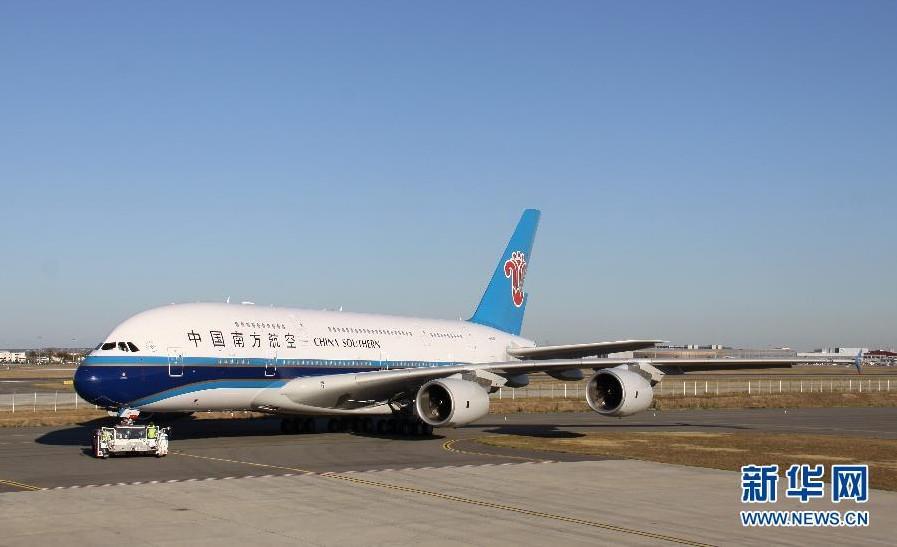 中国 空客/10月14日,在法国图卢兹,中国首架A380客机在停机坪上准备...