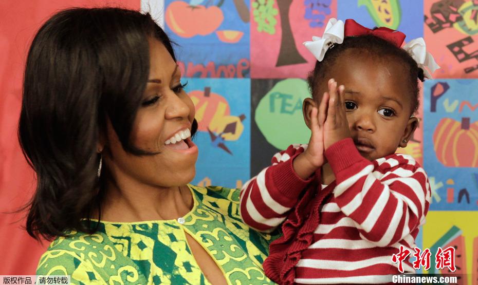 儿童 米歇尔/美第一夫人与儿童亲密接触蹦蹦跳跳童心未泯