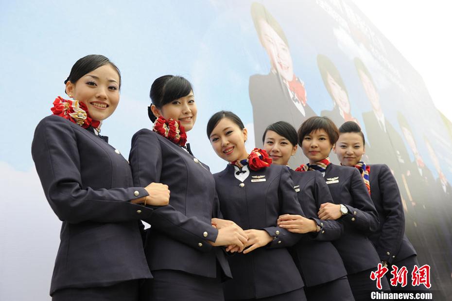 千余美女诚都竞聘30个东航空乘岗位