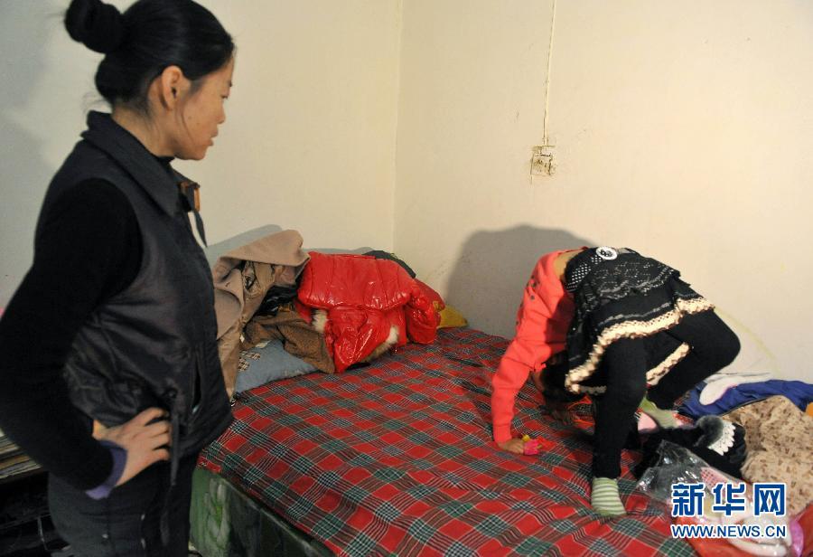 图片故事:新疆7岁女孩跳舞养家 中新网