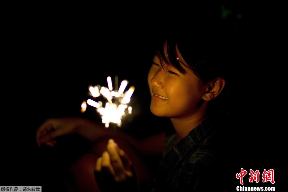 泰国民众洪水中庆祝水灯节