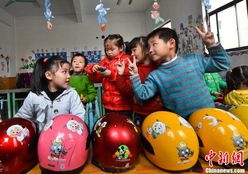 浙江海宁幼儿园孩童出行戴头盔
