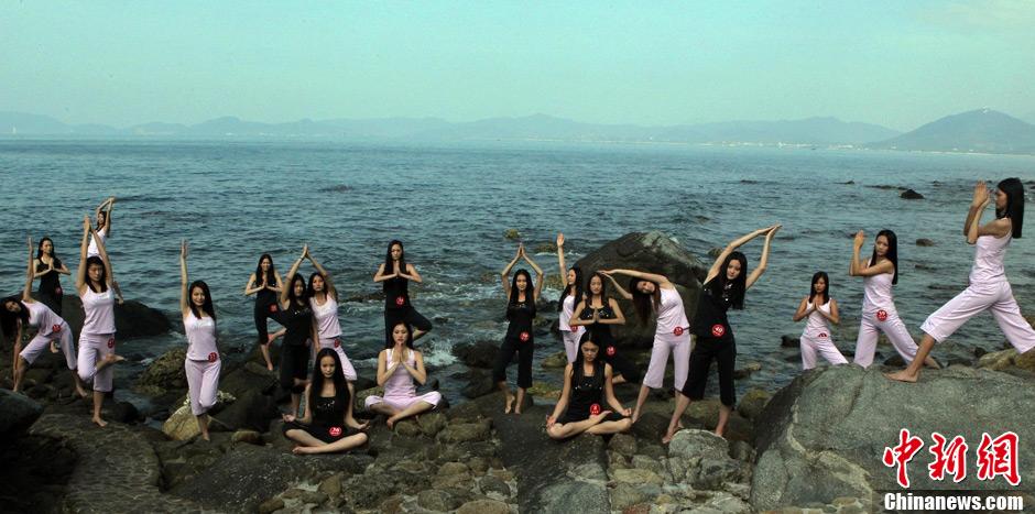 海边瑜伽视频_超模海边练瑜伽秀身材1