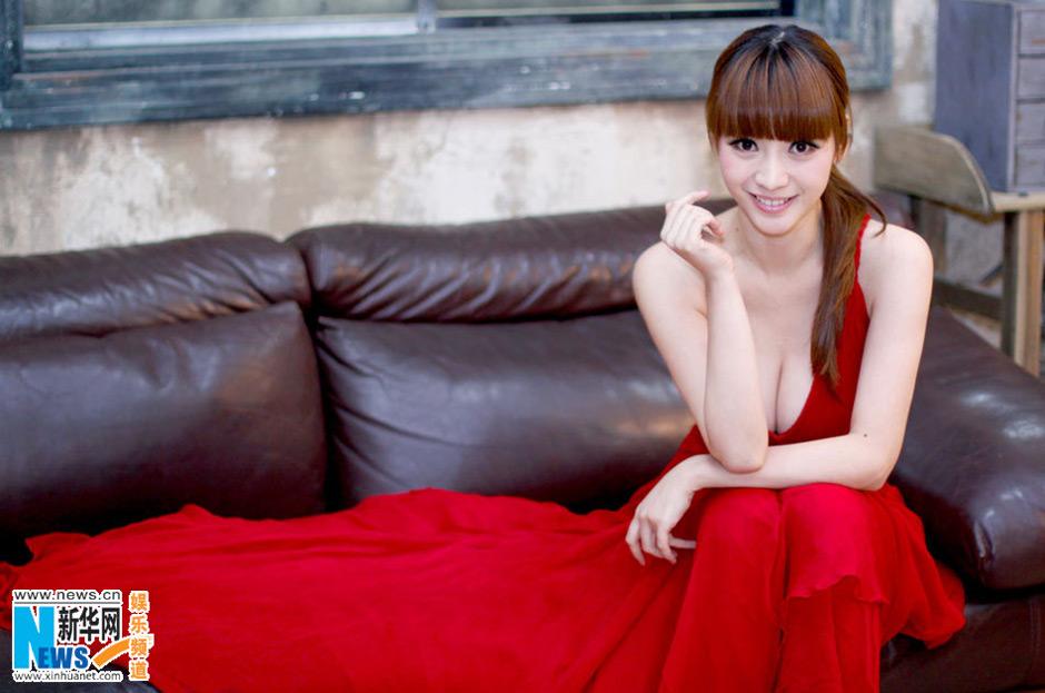 柳岩红黑礼裙优雅写真性感抢镜 中新网
