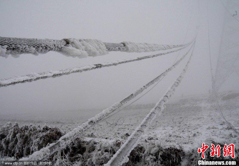 四川西昌输电铁塔因雪倒塌