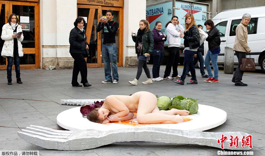 西班牙裸女做盘中餐 宣传素食主义 中新网